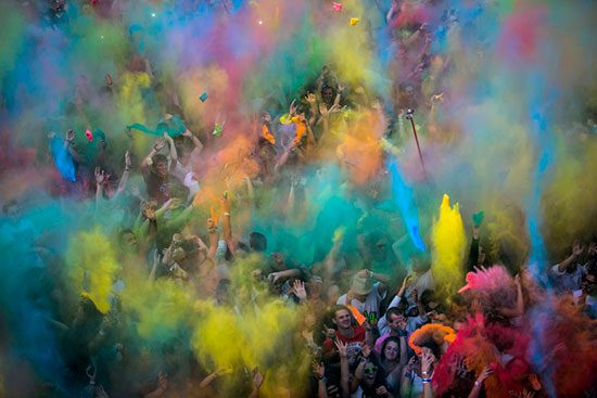 throwing powder paint at szigets festival